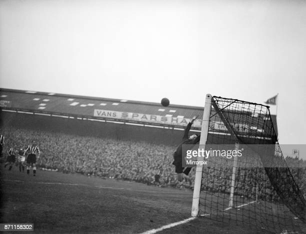 Portsmouth v Newcastle United League Division One Fratton Park Final score 31 to Portsmouth Pictured Newcastle goalkeeper Ronnie Simpson 27th October...