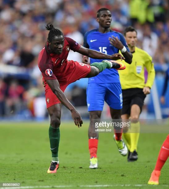 FUSSBALL Portugal 10 Frankreich Eder beim Torschuss zum entscheidenden Tor zum 10 beobachtet von Paul Pogba