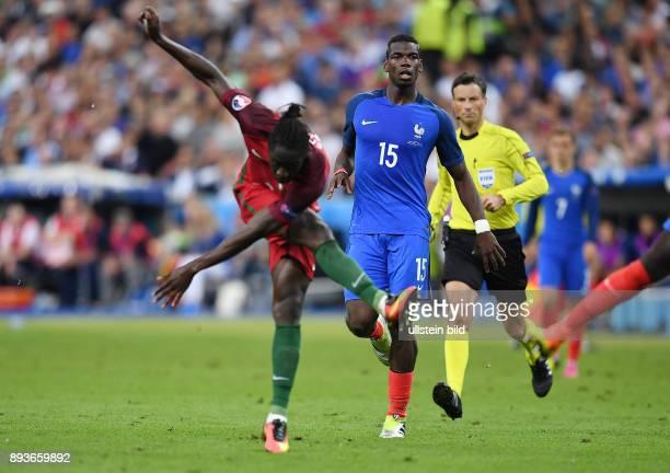 FUSSBALL Portugal 10 Frankreich Paul Pogba beobachtet Eder beim Torschuss zum entscheidenden Tor zum 10