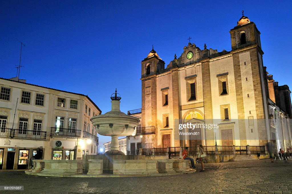 Portugal, Alentejo, Evora, Praca do Giraldo and collegiate church in the evening : Stockfoto