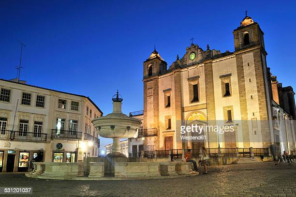 Portugal, Alentejo, Evora, Praca do Giraldo and collegiate church in the evening