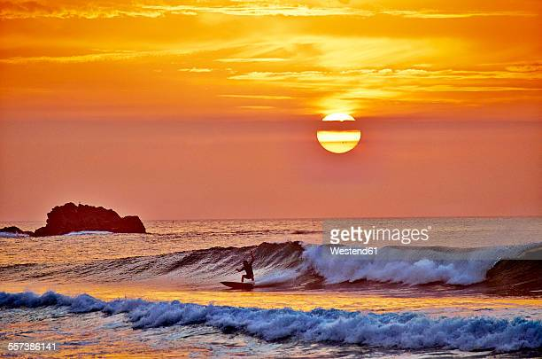 portugal, algarve, sagres, cordoama beach, sunset above the atlantic ocean - algarve stock photos and pictures