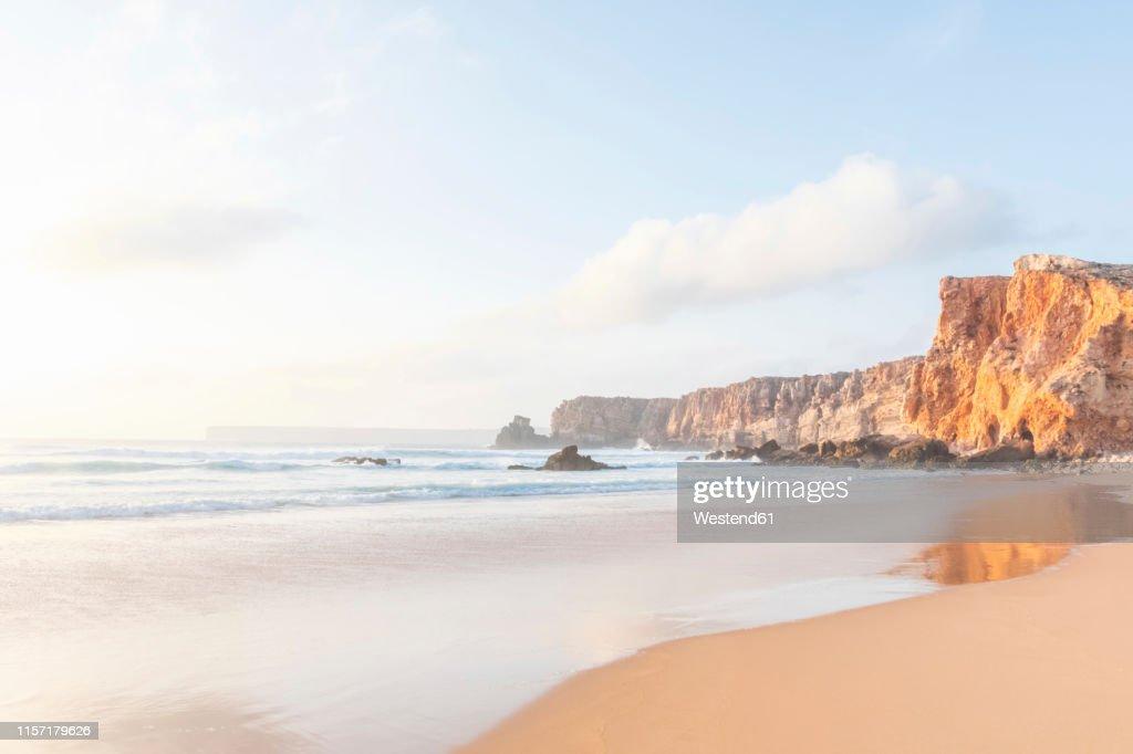 Portugal, Algarve, Sagres, Praia do Tonel, beach, sea and rocky cliffs : ストックフォト