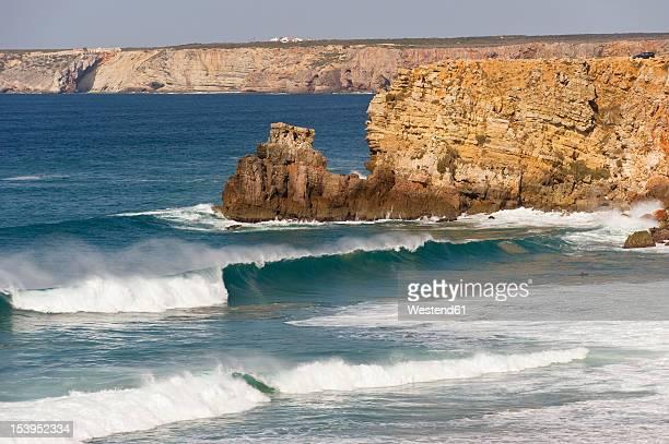 portugal, algarve, sagres, view of atlantic ocean with breaking waves and cliff - sagres stockfoto's en -beelden