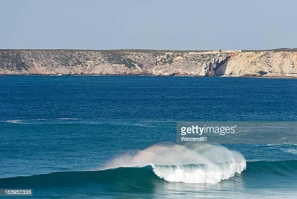 portugal, algarve, sagres, view of atlantic ocean with breaking waves and cliff in background - sagres bildbanksfoton och bilder