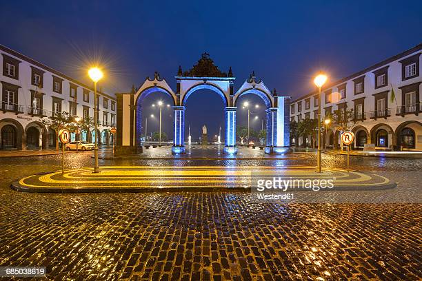 portugal, azores, sao miguel, ponta delgada city gate at night - ponta delgada fotografías e imágenes de stock