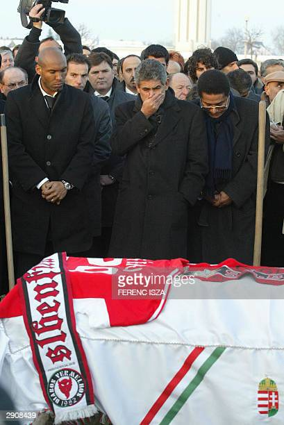 Portugal BenficaLisbon team player Miguel President of the team Luis Filipe Vieira and former soccer player Euzebio gather in front of the coffin of...