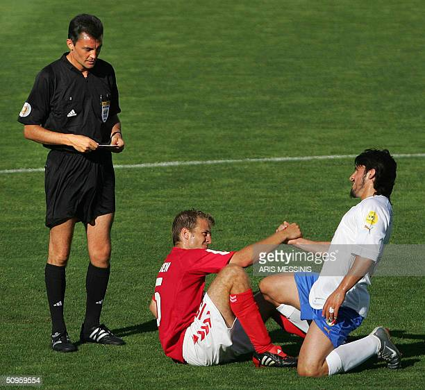 Denmark's defender Niclas Jensen shakes hands with Italy's midfielder Simone Perrotta as the referee Manuel Enrique Mejuto Gonzalez looks on 14 June...