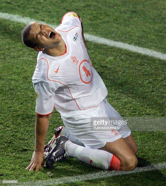 Dutch defender Wilfred Bouma reacts after an injury, 26 June 2004 at the Algarve stadium in Faro, during the Euro 2004 quarter final match between...