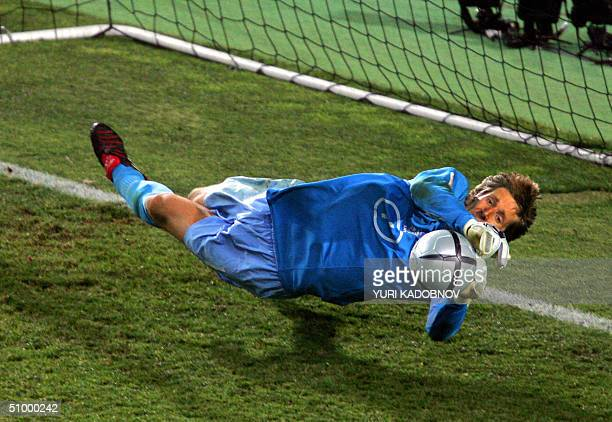 Dutch goalkeeper Edwin Van Der Sar catches the penalty kicked by Swedish defender Olof Mellberg 26 June 2004 at the Algarve stadium in Faro at the...