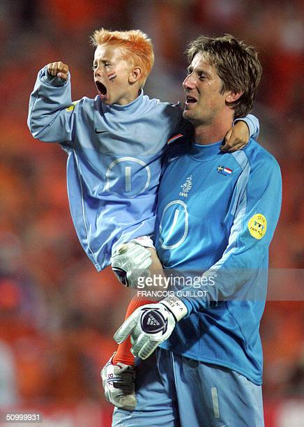 Dutch goalkeeper Edwin Van Der Sar celebrates with his child, 26 June 2004 at the Algarve stadium in Faro, at the end of the Euro 2004 quarter final...