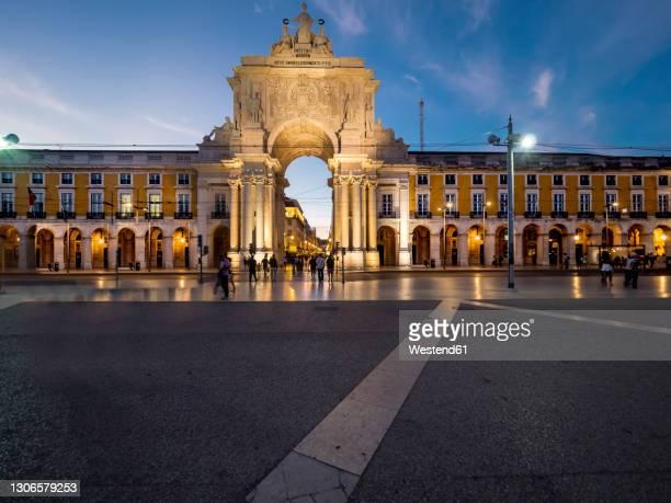 portugal, estremadura province, lisbon, rua augusta arch at dusk - rua stock pictures, royalty-free photos & images