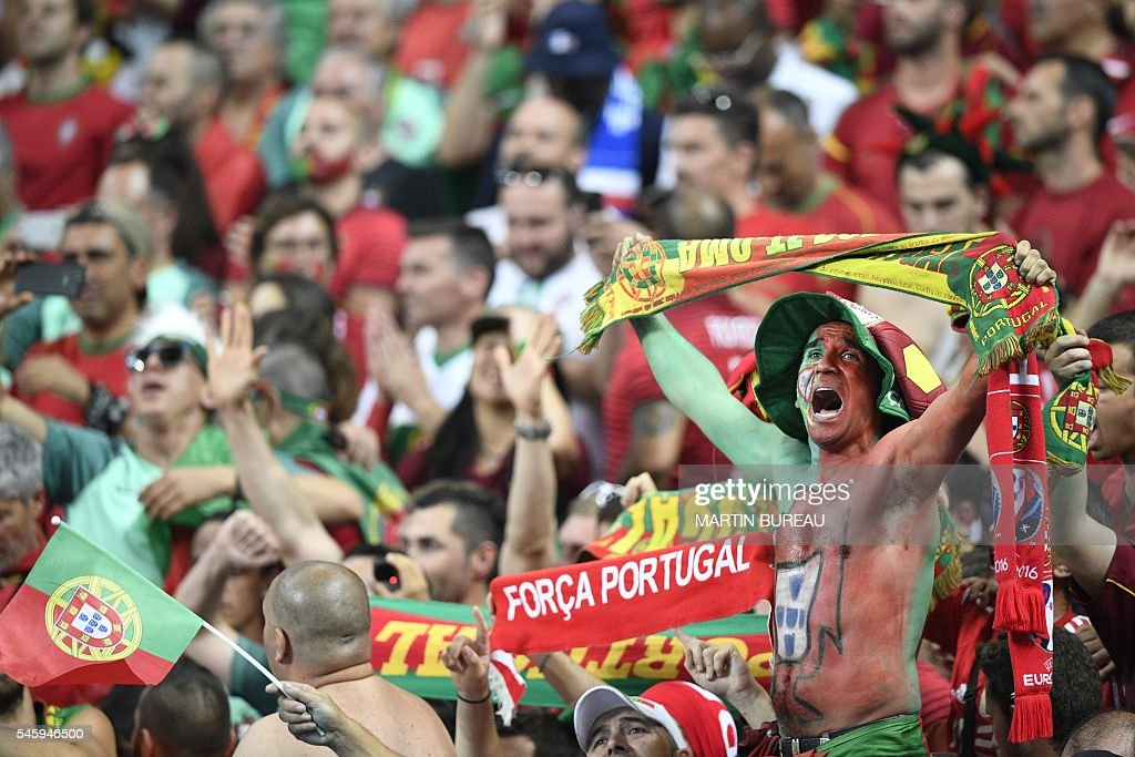 Portugal fans celebrate after beating France 1-0 to clinch the Euro 2016 final football match between France and Portugal at the Stade de France in Saint-Denis, north of Paris, on July 10, 2016. / AFP / MARTIN