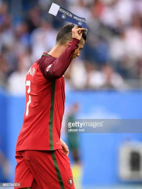 Portugal - Frankreich Cristiano Ronaldo wirft nach seiner Verletzung enttaeuscht die Kapitaensbinde weg