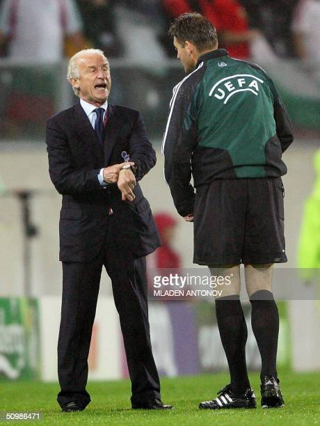 Italian head coach Giovanni Trapattoni argue with an official of the UEFA, 22 June 2004 at Henriques stadium in Guimaraes, during theEuro 2004 group...