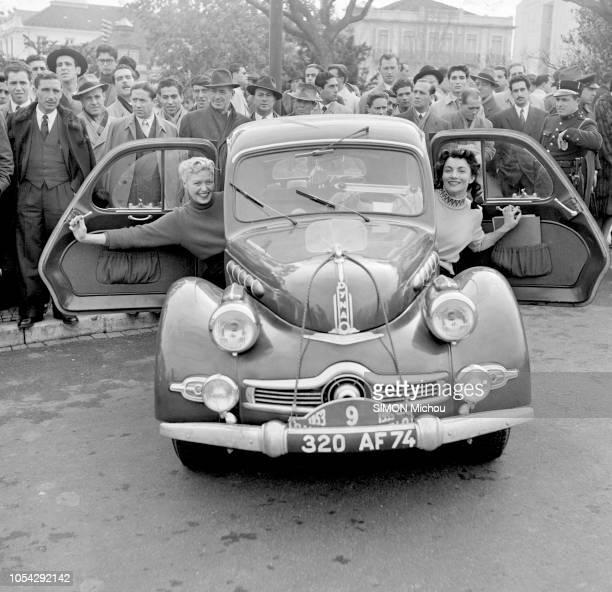 Portugal janvier 1953 Rallye de MonteCarlo Le parcours depuis Lisbonne au Portugal Ici deux femmes pilotes concourant pour la Coupe des Dames sortant...