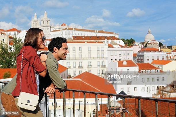 Portugal, Lisboa, Alfama, Largo das Portas do Sol, young couple enjoying vista