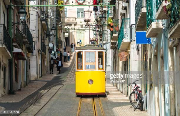 portugal, lisbon, bairro alto, elevador da bica, yellow cable railways - provincie lissabon stockfoto's en -beelden