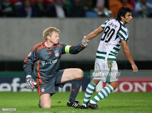Champions League Saison 2006/2007 Sporting Lissabon FC Bayern München 01 Lissabons Carlos Bueno hilft Torhüter Oliver Kahn beim Aufstehen