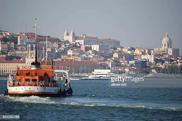 Fährschiff auf dem Rio Tejo vor der Stadtsilhouette