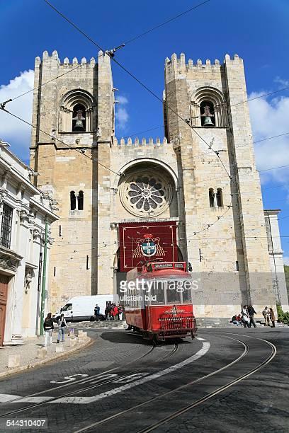 Strassenbahn im Stadtteil Alfama im Hintergrund die Kathedrale Se