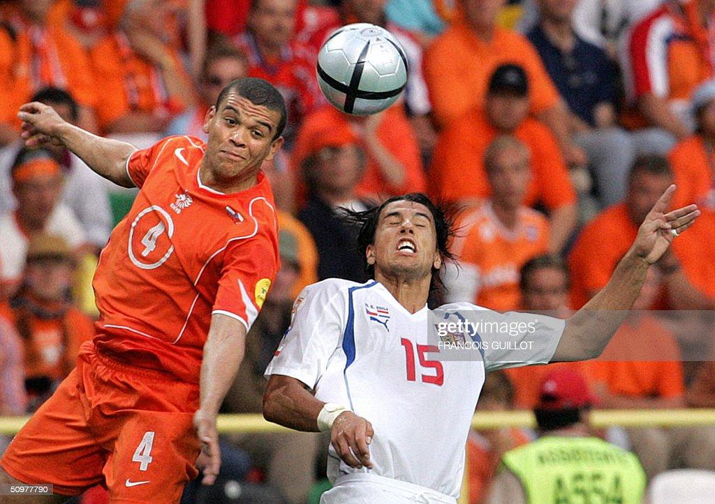 Netherlands' defender Wilfred Bouma (L) : News Photo