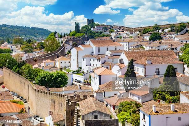 portogallo, città e fortezza di obidos in una soleggiata giornata primaverile. - cultura portoghese foto e immagini stock