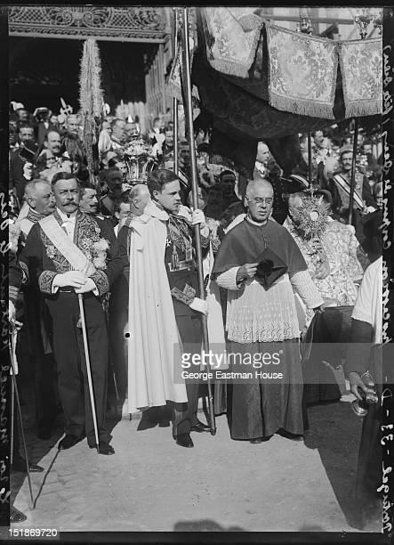 Portugal procession Corpus de Deus /Le roi Manuel portant, between 1900 and 1919.