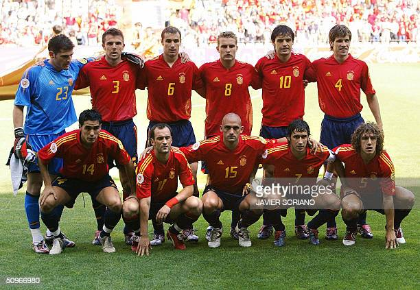 Spain's national football team players pose 16 June 2004 at Bessa stadium in Porto prior to their Euro 2004 group A football match against Greece at...