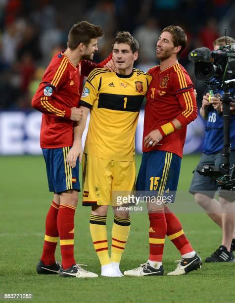 FUSSBALL EUROPAMEISTERSCHAFT Portugal Spanien Gerard Pique Torwart Iker Casillas und Sergio Ramos jubeln nach dem Finaleinzug