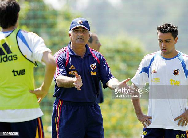 Spanish coach Inaki Saez gives instrustions to midfielder Xavi Hernandez during a training session at the Falperra Hotel near Braga during the...