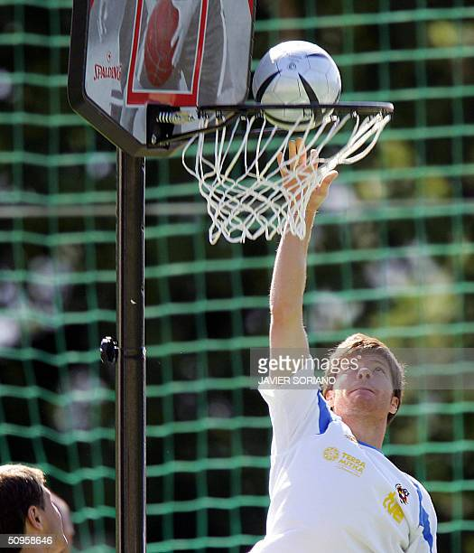 Spanish midfielder Xabi Alonso plays basketball during a training session at the Falperra Hotel 14 June 2004 during the Euro 2004 championship...