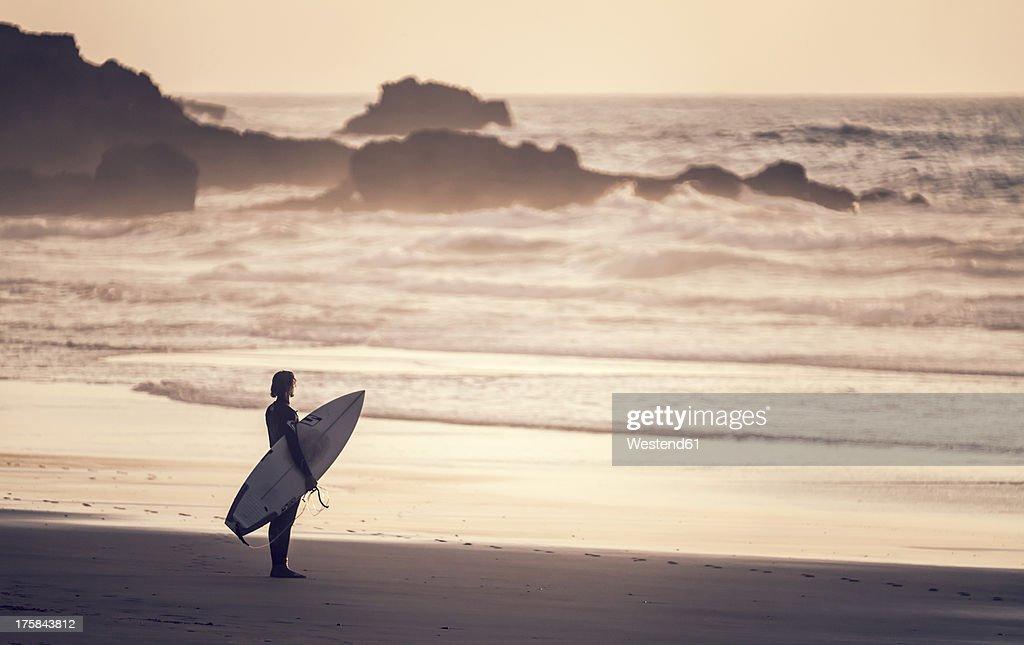 Portugal, Surfer at Praia do Castelejo : ストックフォト
