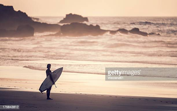 portugal, surfer at praia do castelejo - sagres stock pictures, royalty-free photos & images