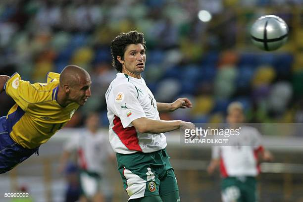 Sweden's striker Henrik Larsson heads the ball to scores despite of Bulgarian defender Ivailo Petkov 14 June 2004 at the Jose De Alvalade stadium in...