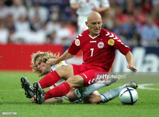 EURO 2004 Portugal Viertelfinale in Porto Tschechien Dänemark 30 Thomas Gravesen fällt auf Pavel Nedved