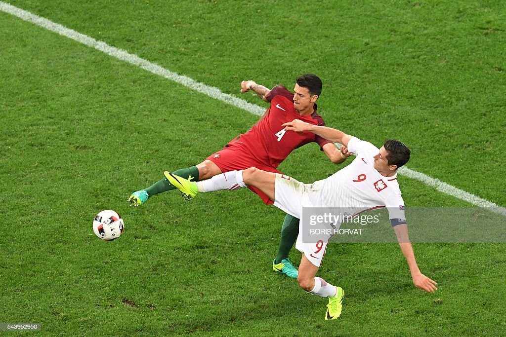 TOPSHOT - Portugal's defender Fonte (L) vies with Poland's forward Robert Lewandowski during the Euro 2016 quarter-final football match between Poland and Portugal at the Stade Velodrome in Marseille on June 30, 2016. / AFP / BORIS