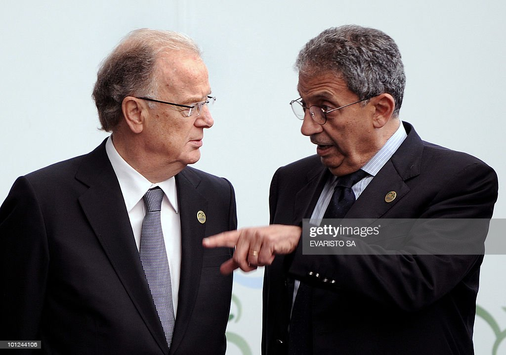 Portugal's former President Jorge Sampaio (L) and Arab States League General Secratary Amre Moussa talk before posing to the family photo of the UN Alliance of Civilizations Forum in Rio de Janeiro, on May 28, 2010. AFP PHOTO/Evaristo SA