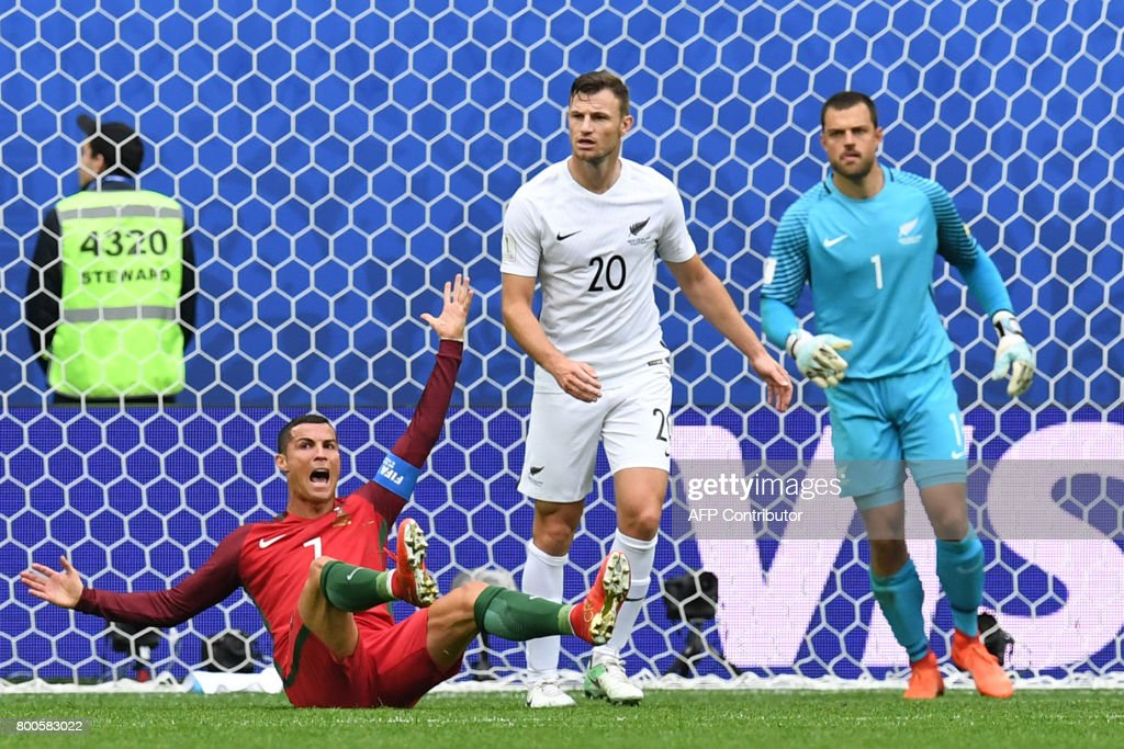 Portugal's forward Cristiano Ronaldo (L) reacts next to New Zealand's defender Tommy Smith (C) and New Zealand's goalkeeper Stefan Marinovic after missing a goal during the 2017 Confederations Cup group A football match between New Zealand and Portugal at the Saint Petersburg Stadium in Saint Petersburg on June 24, 2017. / AFP PHOTO / Kirill KUDRYAVTSEV