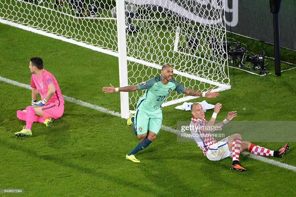 TOPSHOT - Portugal's forward Ricardo Quaresma (C) celebrates after scoring a goal during the extra-time in the Euro 2016 round of sixteen football match Croatia vs Portugal, on June 25, 2016 at the Bollaert-Delelis stadium in Lens. / AFP / FRANCOIS