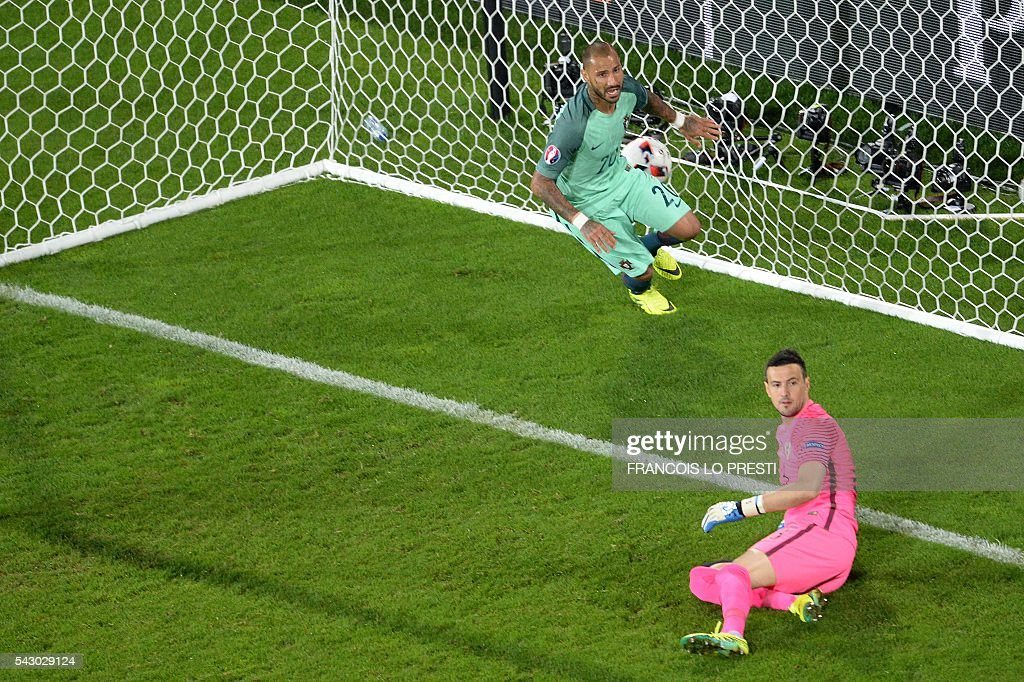 Portugal's forward Ricardo Quaresma (L) celebrates after scoring a goal during the extra-time in the Euro 2016 round of sixteen football match Croatia vs Portugal, on June 25, 2016 at the Bollaert-Delelis stadium in Lens. / AFP / FRANCOIS