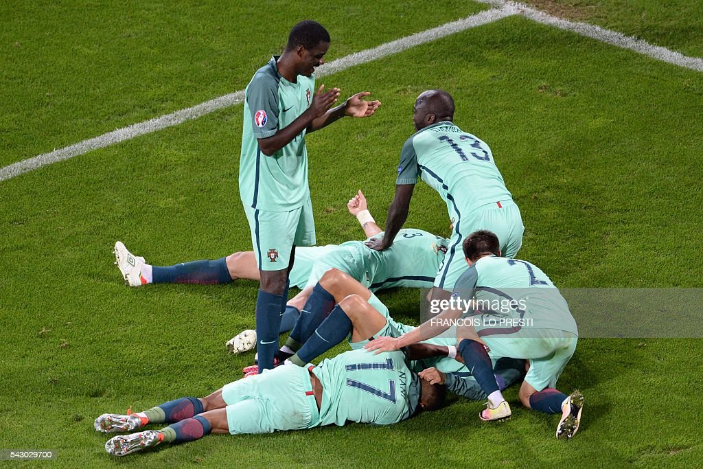 TOPSHOT - Portugal's players celebrate at the end of the Euro 2016 round of sixteen football match Croatia vs Portugal, on June 25, 2016 at the Bollaert-Delelis stadium in Lens. / AFP / FRANCOIS