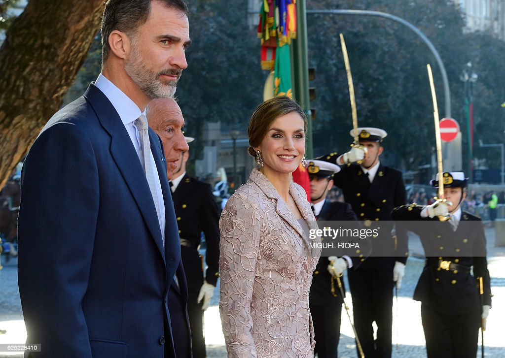 Portugal's President Marcelo Rebelo de Sousa (2L) welcomes Spain's king Felipe VI (L) and his wife queen Letizia after their arrival in Porto, on November 28, 2016 on the first day of their three days state visit to Portugal. / AFP / MIGUEL
