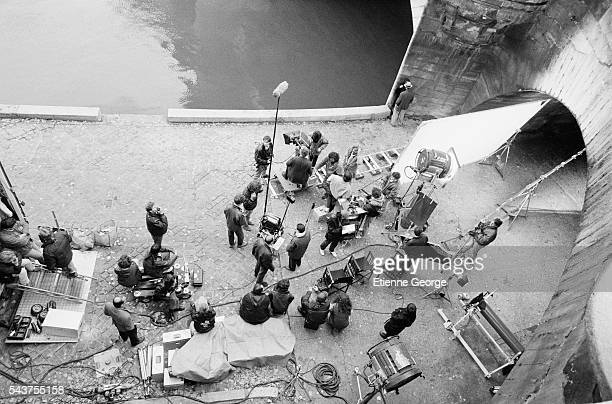 Portugese actress Maria de Medeiros and American actor Fred Ward await shooting on the set of the film 'Henry June' directed by Philip Kaufman and...