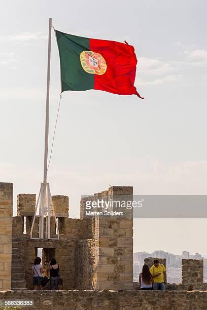 portugese flag at castelo de são jorge - merten snijders - fotografias e filmes do acervo