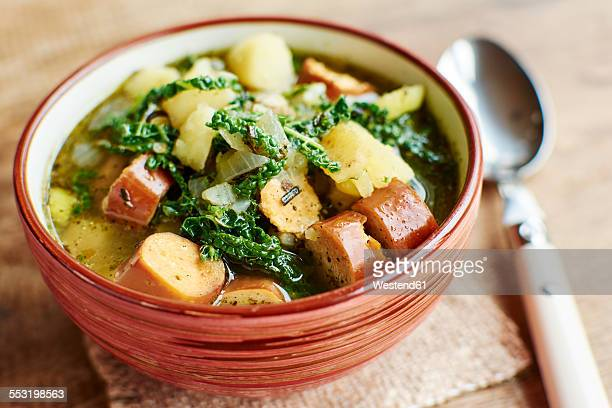 portuguese caldo verde with potatoes, savoy cabbage and vegan sausages - cultura portuguesa fotografías e imágenes de stock