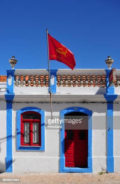 portuguese communist party (pcp), moita work center, portugal - bandiera comunista foto e immagini stock