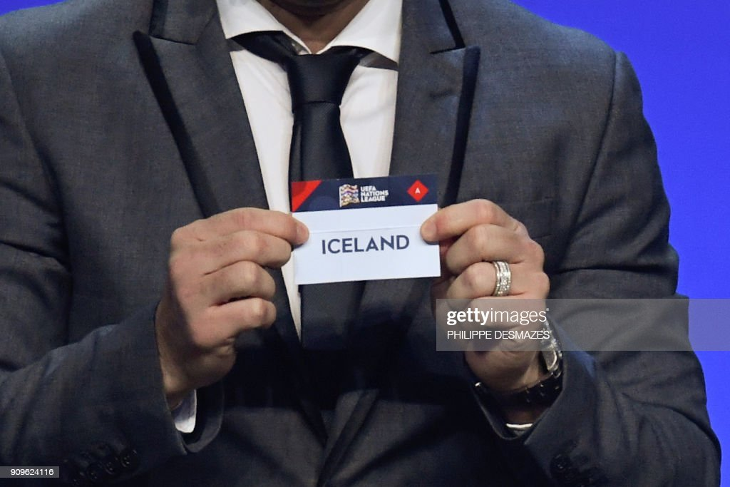 Portuguese former football player Deco shows the name of Iceland next to UEFA director of competitions Giorgio Marchetti during the UEFA Nations League draw at the headquarters of the European football organisation in Lausanne, on January 24, 2018. / AFP PHOTO / Philippe DESMAZES / ALTERNATIVE