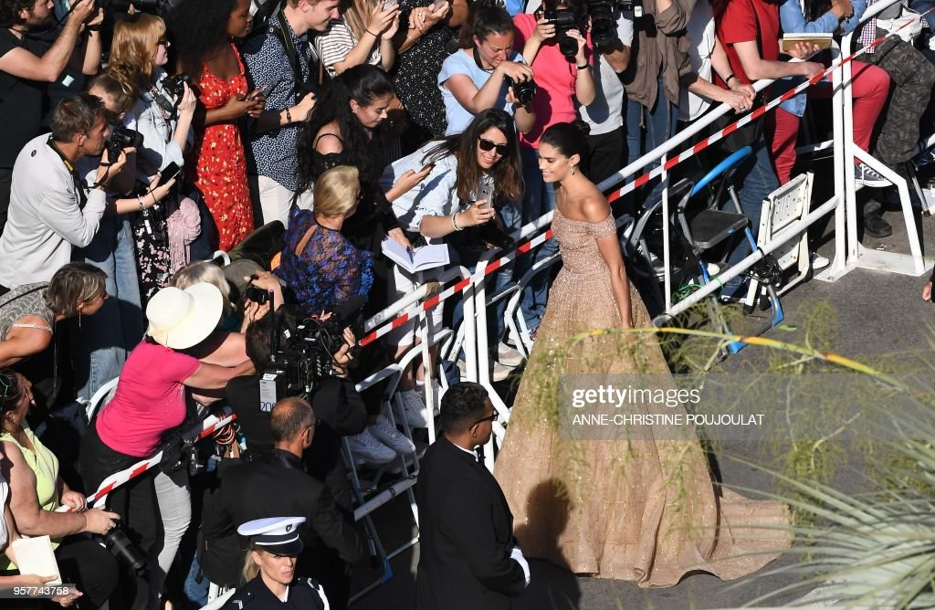 Portuguese model Sara Sampaio poses with festival goers as she arrives on May 12, 2018 for the screening of the film 'Girls of the Sun (Les Filles du Soleil)' at the 71st edition of the Cannes Film Festival in Cannes, southern France.