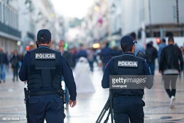 poliziotti portoghesi a lisbona - cultura portoghese foto e immagini stock